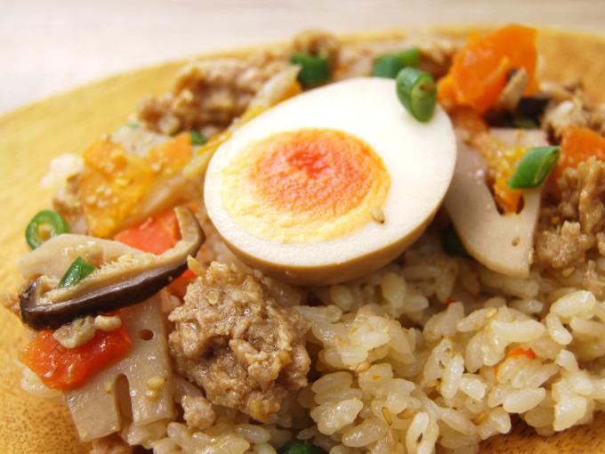 お皿に移した「鶏と玉子の五目ごはん」のアップ画像