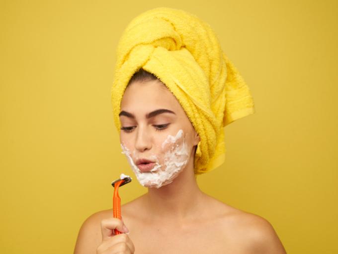 顔剃りする女性の写真