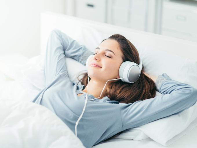 女性がぐっすりと寝入ってる画像