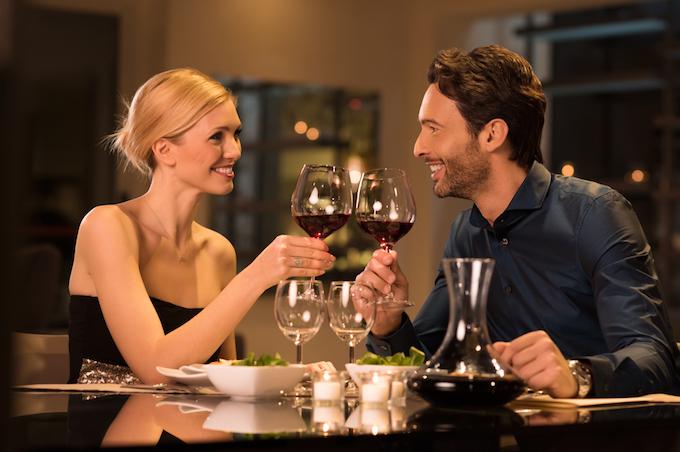 ディナーを楽しんでいるカップルの画像