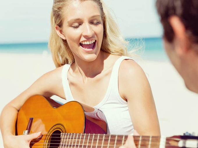 歌を歌う女性の画像