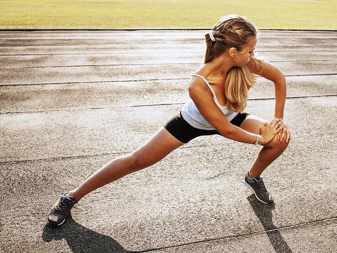 脚のトレーニングをする女性