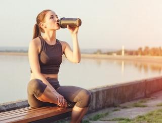 夏の水分補給に効果的なのは「緑茶」と「むぎ茶」どっち?