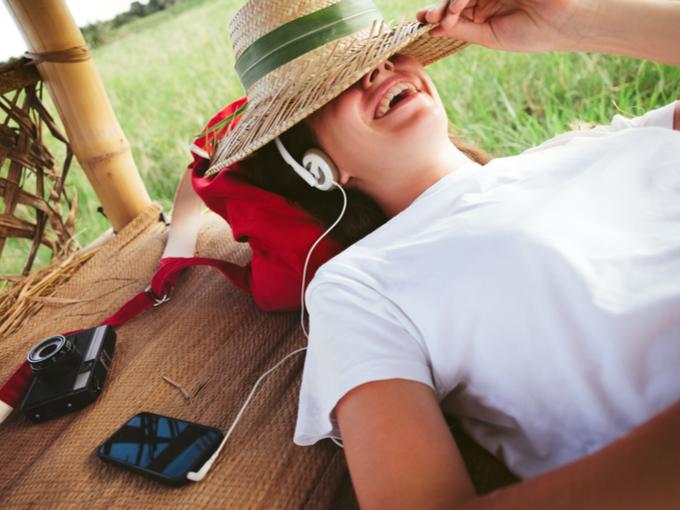 ヘッドホンをつけた女性が横になっている画像