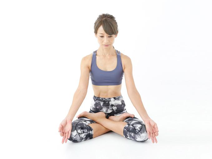 ひじと手のひらで床を押し、上体を反らせます。肩甲骨を寄せ、胸を大きく開いて。 のどをしっかり伸ばし、頭頂部を床につけます。頭頂部がつかない人は後頭部でもOK。ここで5呼吸。 ■Padmasana 蓮華座のポーズ ヨガの瞑想ポーズの1つ。ポーズに集中して、イライラや興奮をしずめます。 両足を脚のつけ根に乗せるため、足がしびれにくく、あぐらより集中しやすい瞑想ポーズです。