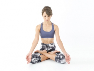 お疲れ、ストレスをオフ。沈んだ心を軽くするヨガの瞑想ポーズ