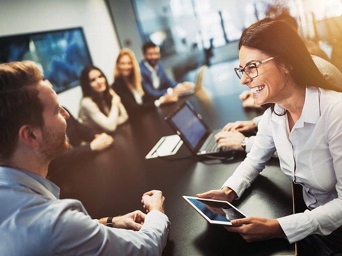会議中に男性と談笑する女性