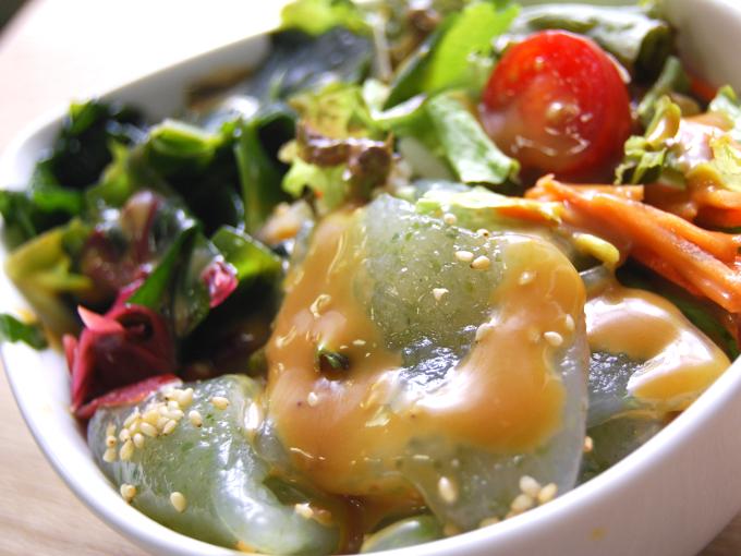 お皿に移した「刺身こんにゃくと海藻のサラダ」のアップ画像
