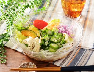 公式サイトで掲載された「1食分の野菜が摂れるサラダうどん(和風生姜)」の画像