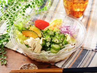"""暑い夏でもつるっといただけて食感が爽やか!ローソンの """"1食分の野菜が摂れる""""「サラダうどん」"""