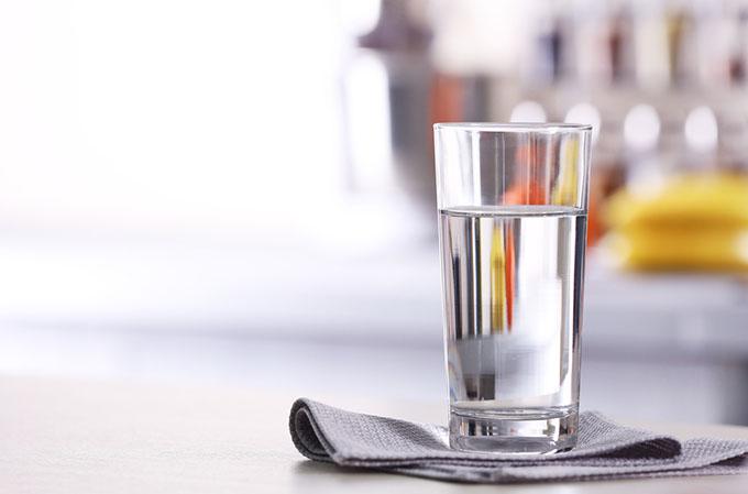 コップ1杯の水の画像