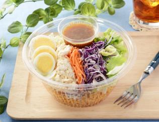 公式サイトで掲載された「具材増量 パリパリ麺と食べる! パリパリサラダ」の画像