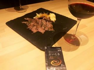 よいときサプリメントとお酒、お肉があるテーブル