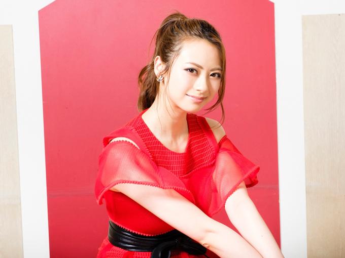 赤い衣装の山下リオさん