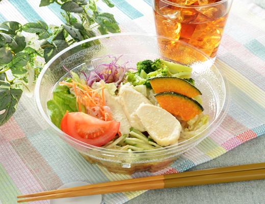公式サイトで掲載された「1食分の野菜が摂れるサラダラーメン(ごまだれ)」