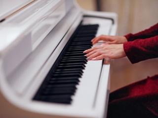 ピアニストの手元がクローズアップされた画像