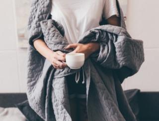 「夏なのに寒い…」外は暑くても気を付けたい、夏冷えの対策&解消法3選