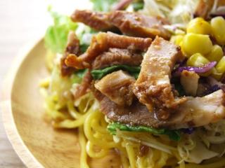 お皿に移した「醤油玉子と焼豚のラーメンサラダ」のアップ画像