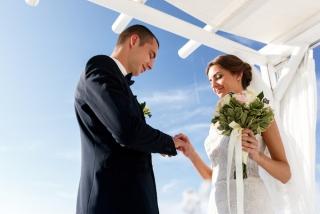結婚式で指輪交換をする夫婦の画像