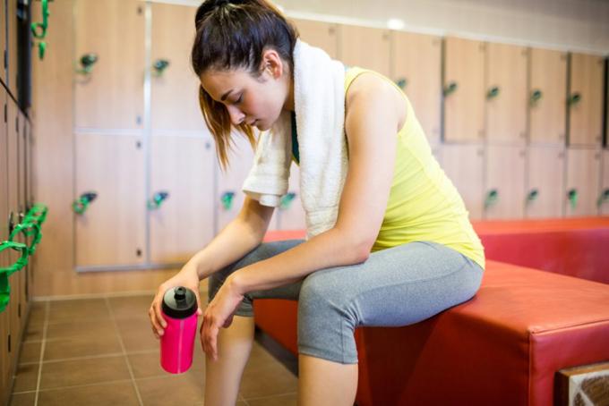 トレーニング後の疲労を感じている女性