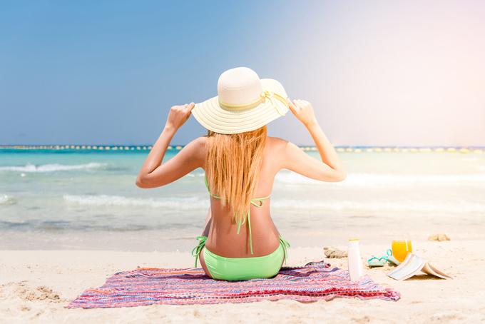 帽子を被っている水着を着た後ろ姿の女性