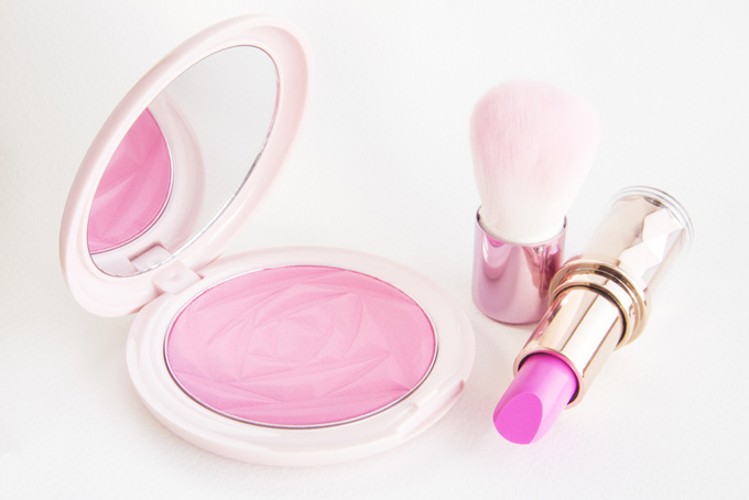 ピンクのリップとチークの画像