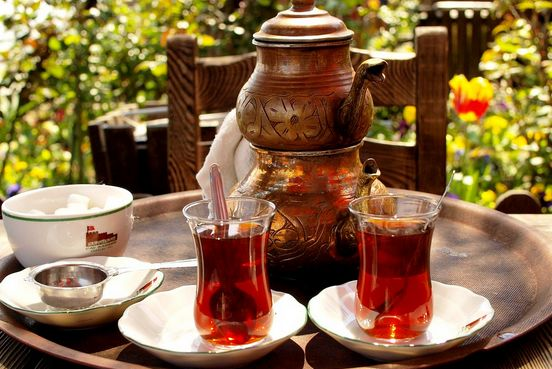テーブルの上に2つの紅茶