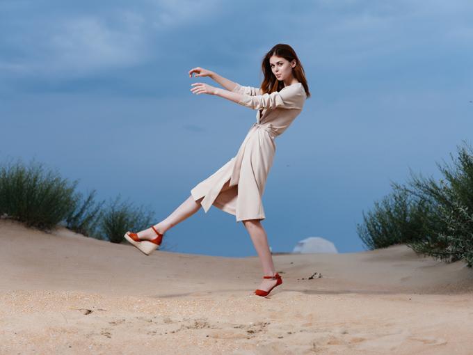 片足立ちでバランスをとる女性の画像