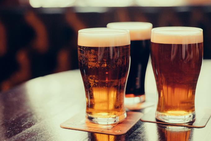 グラスに注がれたビールの画像