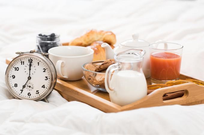 朝食と7時をさした時計