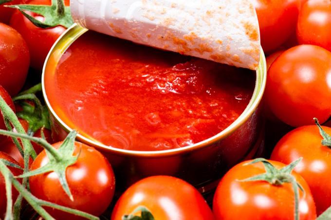 トマト缶のまわりにミニトマトがちりばめられている