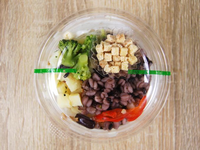 容器に入った「じゃがいもと雑穀の冷製スープ」の画像