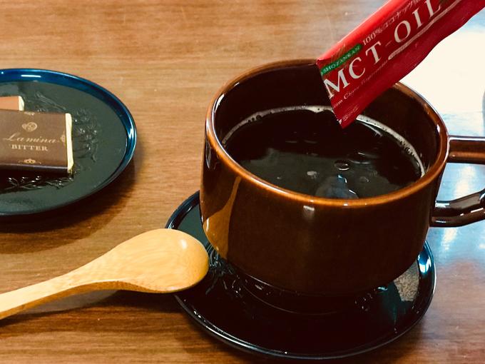 MCTオイルをコーヒーに注いでいる