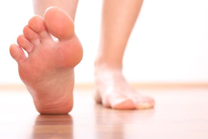 片足の裏を見せている足元の画像