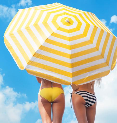 日傘をさしている女性の水着後ろ姿の画像