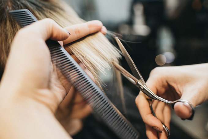 毛先を切っている美容師の手元の画像
