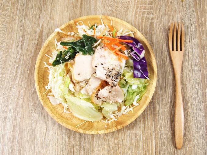 お皿に移した「鶏むね肉のサラダ」の画像