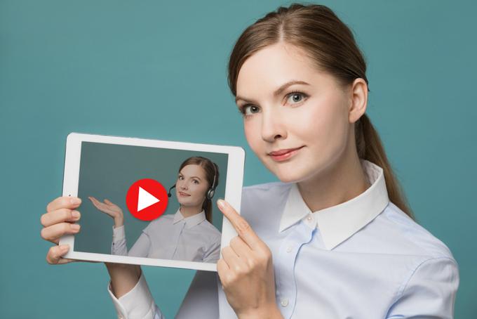自分が写っている動画を見せている女性の画像
