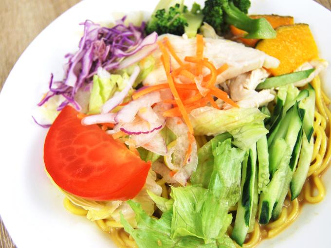 お皿に移した「1食分の野菜が摂れるサラダラーメン(ごまだれ)」のアップ画像