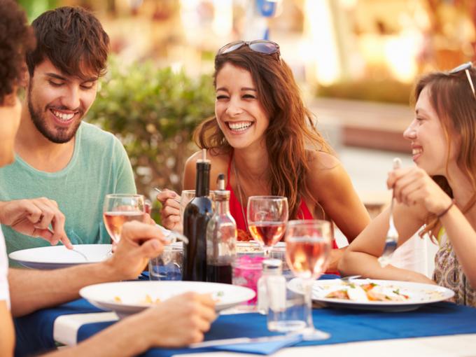 外での食事を楽しんでいる若い男女