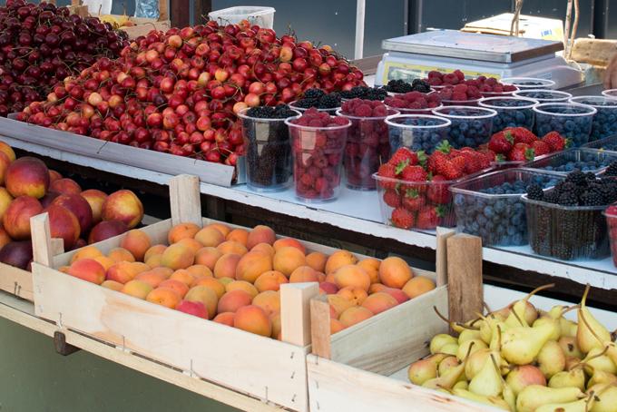 市場に売っているフルーツ