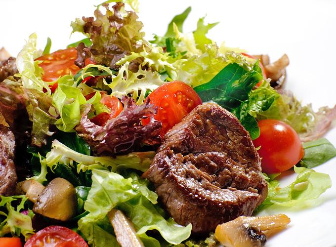 肉と野菜たっぷりのサラダ