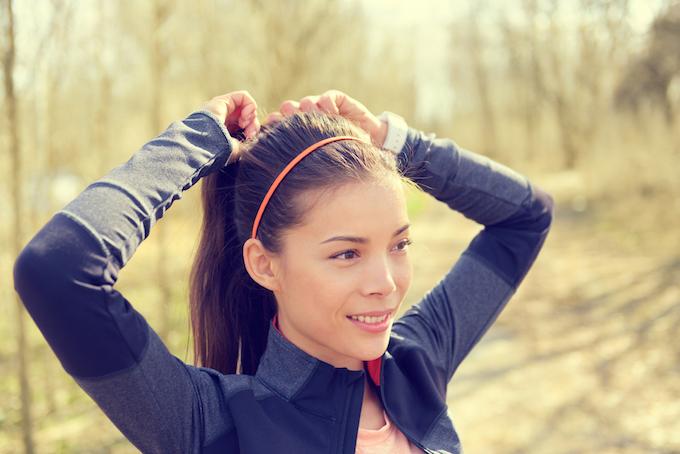 ポニーテールでカチューシャをつけている女性の画像