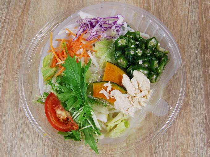 容器の蓋を外した「1食分の野菜が摂れるサラダうどん(和風生姜)」の画像