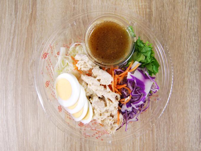 容器の蓋を外した「具材増量 パリパリ麺と食べる! パリパリサラダ」の画像