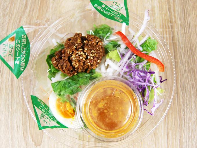 容器の蓋を外した「野菜たっぷり! ごま担担風パスタサラダ」の画像