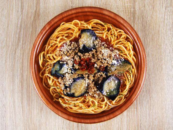容器の蓋を外した「ナスと挽肉のピリ辛トマトスパゲティ」の画像