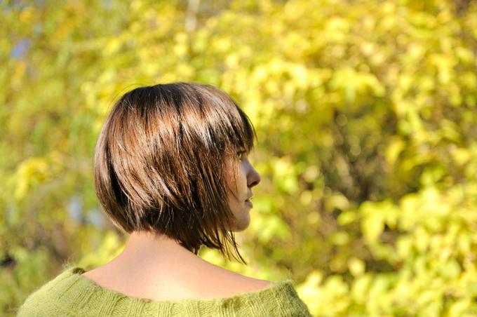 ショートカットの女性の後ろ姿の画像