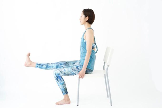 右ひざを伸ばしていき、足裏を体の正面に向けている様子