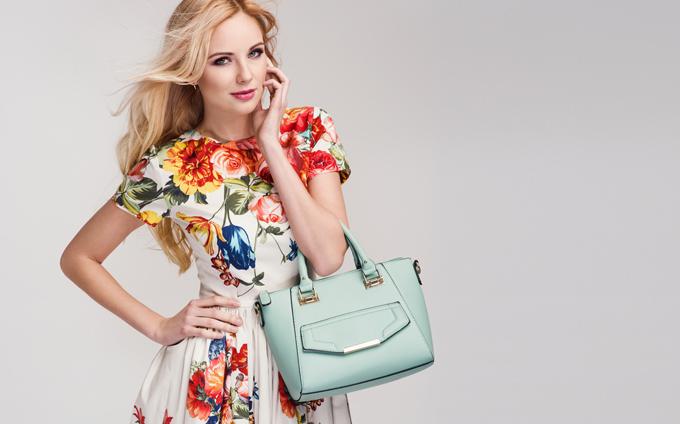 花柄の服を着た女性の画像